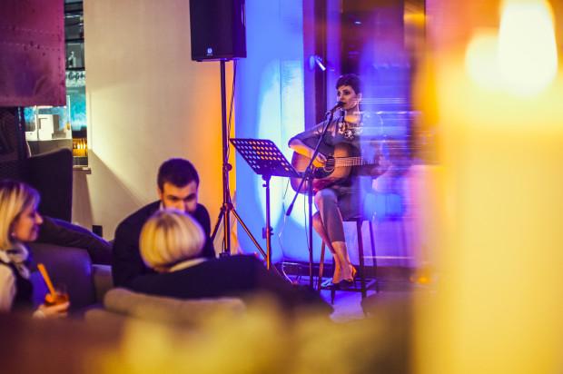 Najlepiej w restauracji sprawdzają się niewielkie składy albo soliści. Na zdjęciu popularna w Trójmieście piosenkarka, Islet.