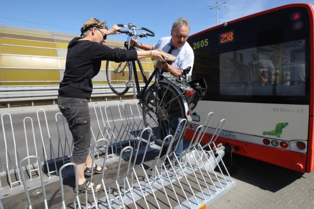 Linia 258 z przyczepkąrowerowązostała wprowadzona, gdyżzwykłe autobusy nie wystarczały, by pokryćrosnące zapotrzebowanie przejazdowe ze strony rowerzystów. To niestety przykładowyefekt budowy infrastruktury, która nie uwzględnia zmieniających siępriorytetów mobilności mieszkańców Trójmiasta, podróżujących dziśznacznie częściej, niż kiedyś, rowerem.