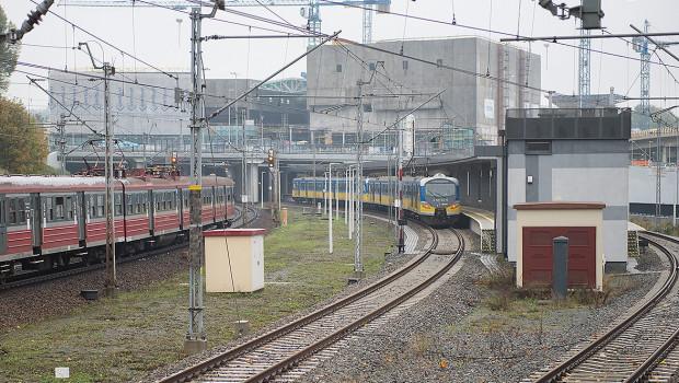 Skierowanie autobusów na wiadukt nad torami oraz budowa dodatkowych przystanków ułatwi przesiadkę na pociągi SKM na przystanku Gdańsk Śródmieście.