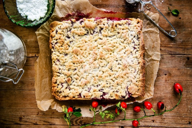 Nie ma przecież łatwiejszego, wdzięczniejszego (i tańszego) ciasta niż szarlotka, wystarczy dosłownie odrobina wysiłku, by wyczarować cudo.