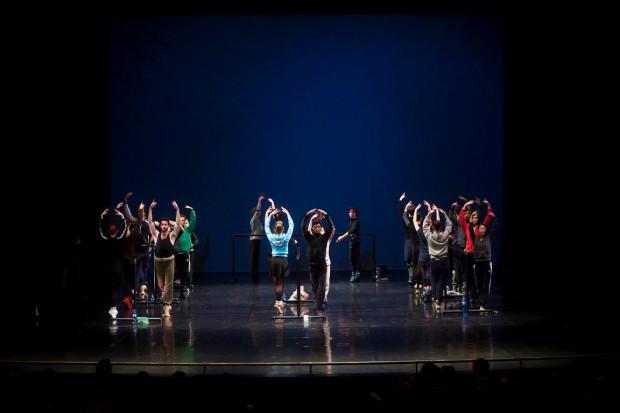 Tancerze zaczynają rozgrzewkę ubrani dość ciepło. Wraz ze wzrastającą intensywnością ćwiczeń pozbywają się sporej części garderoby.