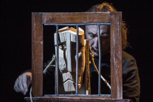 Z kolei rzeźbiarza, czyli mistrza Jakuba animowanego przez Jacka Majoka, poznajemy w... więzieniu.