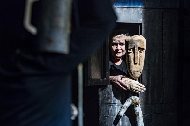 Najbardziej zapracowana jest Joanna Tomasik, kreująca postać w planie żywym i wszystkie bohaterki w planie lalkowym.
