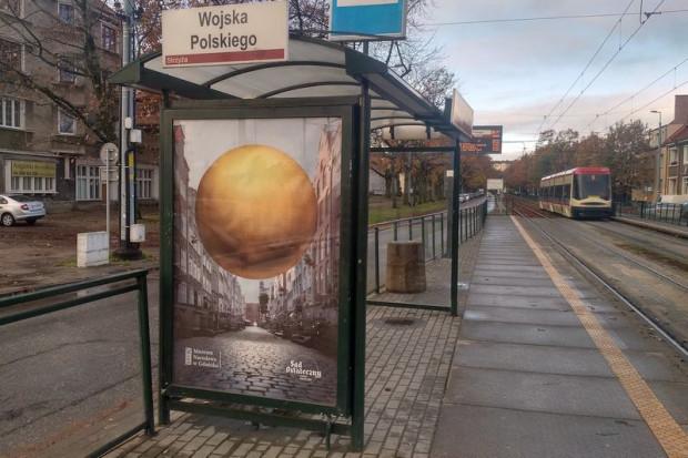 Plakaty ze złotą kulą pojawiły się na 100 nośnikach udostępnionych przez miasto Gdańsk, przede wszystkim w wiatach przystankowych.