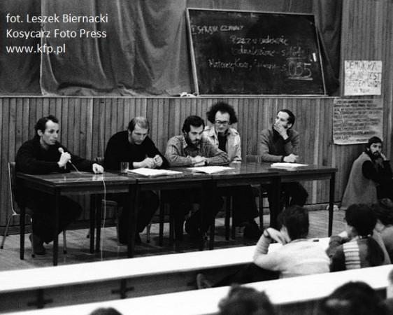 Tzw. strajk radomski, który odbył się jesienią 1980 r. na Uniwersytecie Gdańskim. Drugi od lewej siedzi Maciej Płażyński.