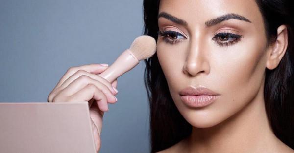 Wielką popularnością cieszą się zarówno kosmetyki wyprodukowane przez Rihannę, jak i te stworzone przez siostry Kardashian: Kim i Kylie.