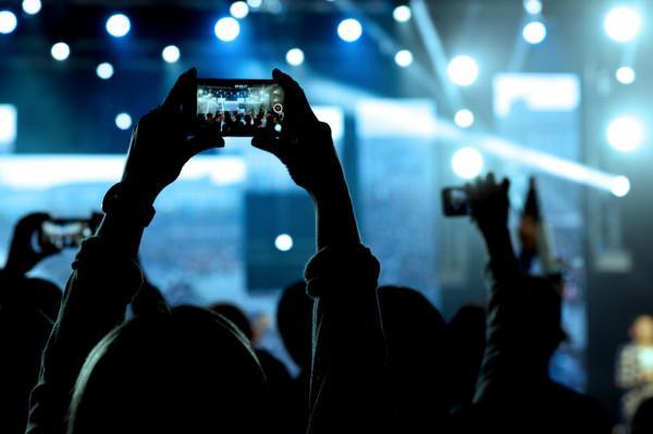 Nagrywanie koncertu smartfonem to jeden z najczęstszych zarzutów wobec innych. Podniesione w górę ekrany telefonów zasłaniają scenę.