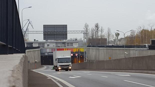 Problem z oblodzeniem jezdni występuje na łącznicach na Węźle Ku Ujściu oraz na wyjeździe z tunelu na rondo przy Marynarki Polskiej (na zdjęciu).