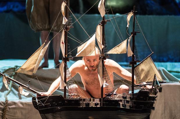 Inteligentnie w tkankę spektaklu wkomponowano Balet Opery Bałtyckiej. Na zdjęciu Filip Michalak w roli pilnującego obrazu diabła/fatum.