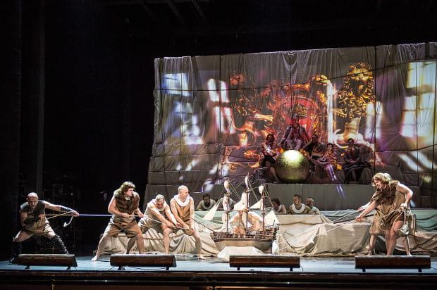 Spektakl udanie łączy sacurm i profanum, co reżyser podkreśla m.in. grą z motywem złotej kuli, trzymanej pod stopami przywódców z różnych epok.