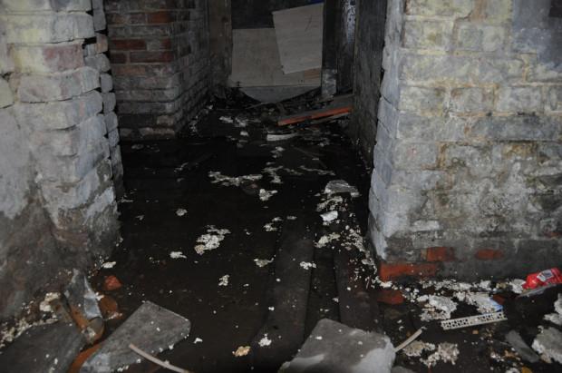 Woda w piwnicy przy ul. Wróblej 13/14 stoi od kilku miesięcy.