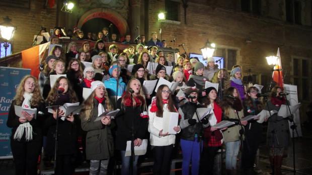 Uczniowie Podstawowo-Gimnazjalnego Zespołu Szkół Społecznych STO w Gdańsku każdego roku śpiewają piosenki patriotyczne na przedprożach Dworu Artusa. Kiedy zabrakło im entuzjazmu, nauczyciel napisał dla nich specjalną piosenkę.