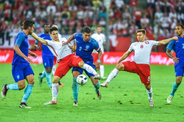 Mariusz Stępiński (z lewej) i Karol Linetty (z prawej) mieli okazję zagrać w reprezentacji w Gdańsku przed rokiem w meczu z Holandią. Czy to oni błysną w poniedziałek pod nieobecność największych gwiazd biało-czerwonych?