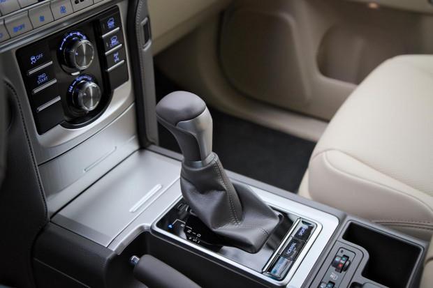 Przy drążku automatycznej skrzyni biegów znajdują się przyciski z trzema trybami jazdy: ekonomicznym, normalnym i sportowym.