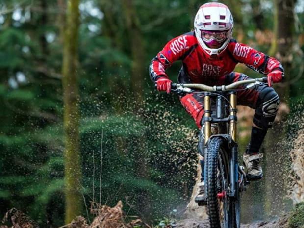Katy Curd, medalistka mistrzostw świata w kolarstwie górskim w skarpetach wodoodpornych firmy Sealskinz