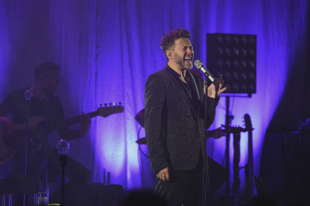 Andrzej Piaseczny świętuje 25-lecie na scenie.