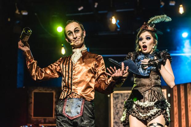 Widzowie w iście montypythonowskim stylu poznają między innymi sposób by zaznać odrobinę luksusu. Na zdjęciu Mateusz Deskiewicz i Anna Podgórzak.