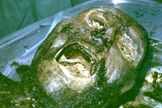 Zmumifikowane zwłoki angielskiego rycerza, odnaleziono podczas badań archeologicznych w kościele w St Bees w 1981 roku. Choć od chwili śmierci Anglika minęło ponad 600 lat, jego ciało znajdowało się doskonałym stanie. Paznokcie, skóra i włosy były niemal nietknięte rozkładem, a w płucach nadal znajdowała się płynna krew.