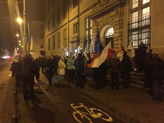 W czwartkowej manifestacji wzięło udział ok. 250 osób.