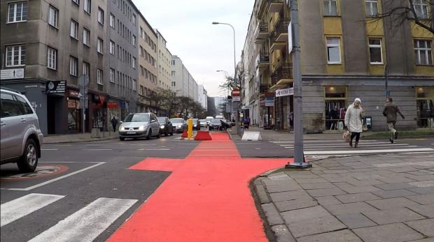 Na razie czerwona farba pojawiła się na skrzyżowaniu ul. Starowiejskiej z Władysława IV.