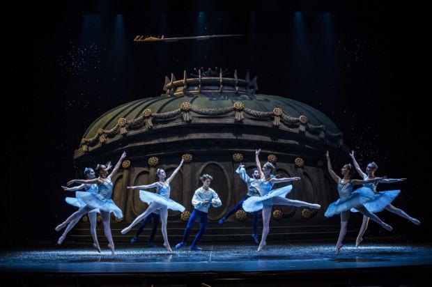 Efektownie prezentuje się scenografia Justina Arienti, ukazująca Paryż w niebanalny sposób.