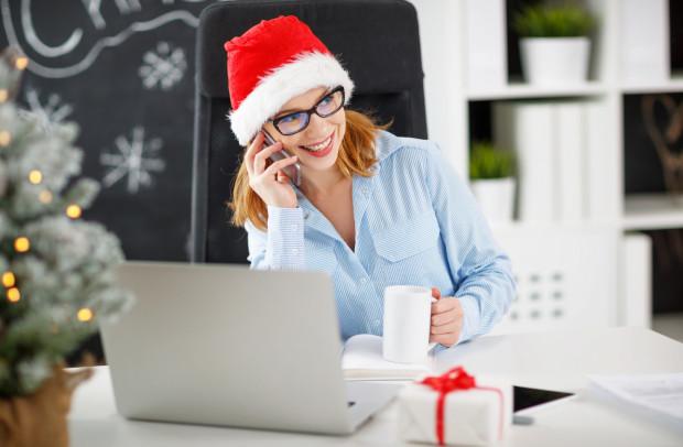 Coraz więcej firm decyduje się na wprowadzenie do biura świątecznego wystroju.