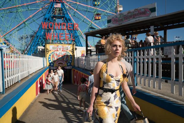 """Filmowy lunapark to miejsce, w którym zbierają się życiowi rozbitkowie. Na Coney Island weryfikują dotychczasowe plany, rozliczają bolesną przeszłość, marzą i tkwią jednocześnie w monotonii. """"Na karuzeli życia"""" jest tym samym jednym z najbardziej gorzkich komediodramatów Woody'ego Allena. Nie jest to jednak dzieło udane."""