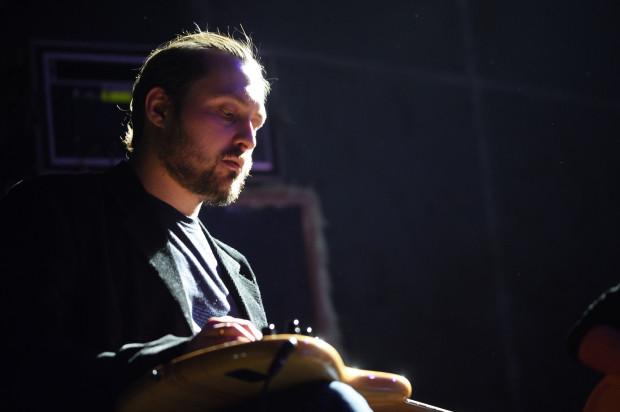 Muzycy poprzez nietypowe użycie instrumentów (pocieranie o struny czy wybijanie rytmu o korpus gitary) próbowali naśladować dźwięki lodowca.