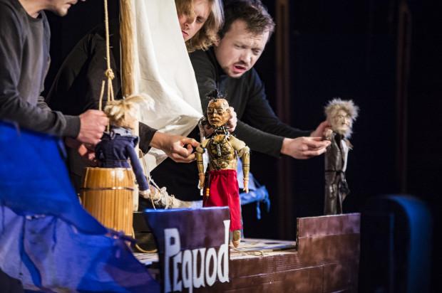 """Młody Izmael za wszelką cenę chce wypłynąć w rejs i przeżyć przygodę. Na statku """"Pequod"""" znajdzie to, czego szuka. Drewniane laleczki przygotowała Kinga Tomaszewska-Smolarczuk."""