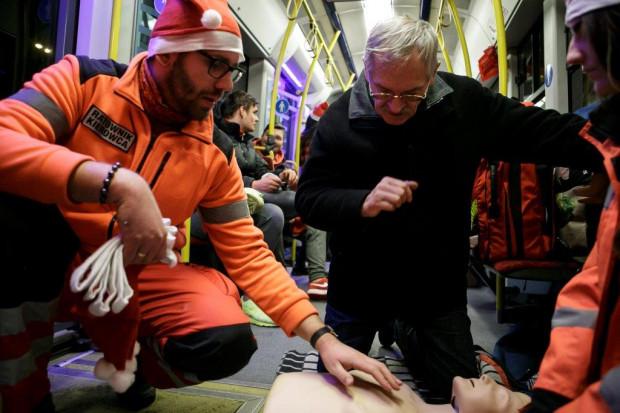 W mikołajkowym tramwaju możemy nauczyć się zasad pierwszej pomocy.
