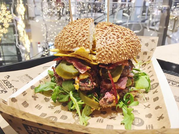 Podwójny burger z podwójnym bekonem i nachosami w Pasibusie.