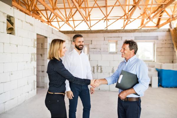 Wspólna budowa domu wcale nie musi oznaczać, że będzie on należał do majątku wspólnego. Jeśli powstał na gruncie należącym do jednego z małżonków, będzie częścią jego majątku osobistego.