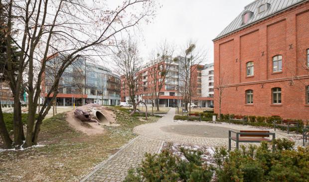Osiedle Garnizon to przykład przemyślanego połączenia nowej i starej zabudowy przy jednoczesnym włączeniu terenu ponownie w strukturę miasta. Podobnie mogłoby wyglądać Młode Miasto.