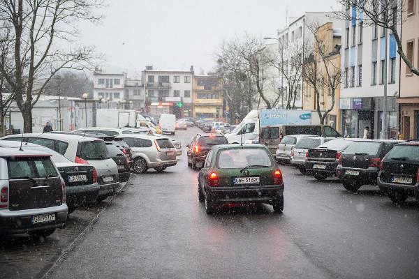 Teren wokół pl. Górnośląskiego jest zastawiony samochodami przez kierowców parkujących tu nawet cały dzień. Problem mógłby zostać rozwiązany przez wprowadzenie strefy płatnego parkowania.