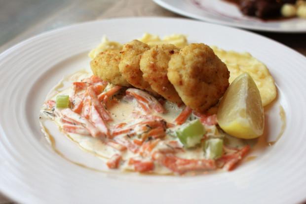 W karcie dań znajdują się głównie pozycje kuchni europejskiej z polskimi akcentami. Jest spory wybór przystawek, nie brakuje zup. Dania główne podzielone są na rybne i mięsne, jest też sekcja makaronów i całkiem spory wybór deserów, z których Tekstylia zawsze słynęły.