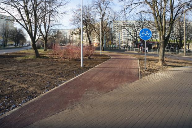 Brak ciągłości nawierzchni, wprowadzenie drogi urywa sięna zetknięciu z chodnikiem i trzeba przejechaćprzez nieśmiertelną fazowanąkostkę Bauma, będącą utrapieniem rolkarzy i zwiększącą opory toczenia dla rowerzystów.