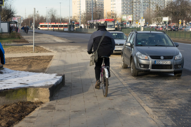 Ciąg pieszo-rowerowy wzdłużulicy Chłopskiej. Czy to jeszcze nieudolność, czy już sabotaż? W miejscu, gdzie praktycznie do niczego nie jest to niezbędne, wybudowano miejsca parkingowe zamiast drogi dla rowerów.