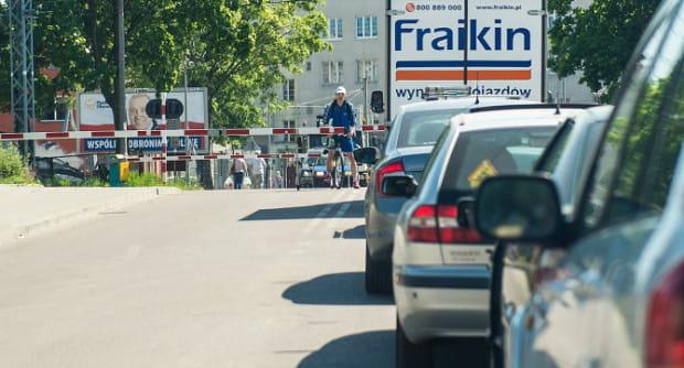 Przejazd przez szlabany w ciągu ul. Puckiej w Gdyni to problem. Rozwiąże go wiadukt drogowy i kolejowy. Powstaną najwcześniej w 2021 roku.