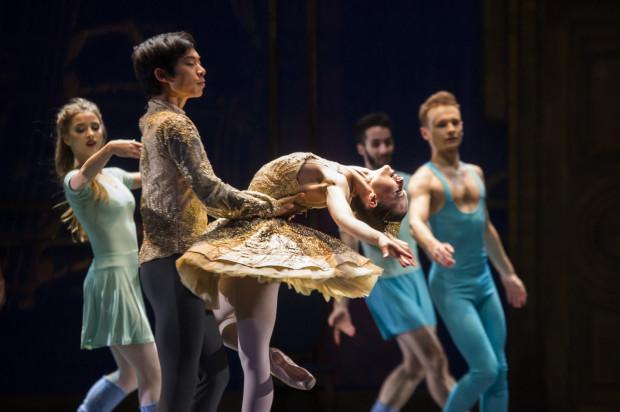 """""""Dziadek do orzechów"""" jest pierwszą produkcją baletową Opery Bałtyckiej od wielu lat. W spektaklu zagrała """"na żywo"""" orkiestra, a z profesjonalnymi tancerzami na scenie wystąpili uczniowie gdańskiej Szkoły Baletowej."""