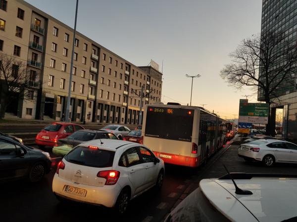Obecnie autobusy na Wałach Piastowskich codziennie tkwią w korkach i już na swój drugi przystanek przed dworcem przyjeżdżają mocno opóźnione.