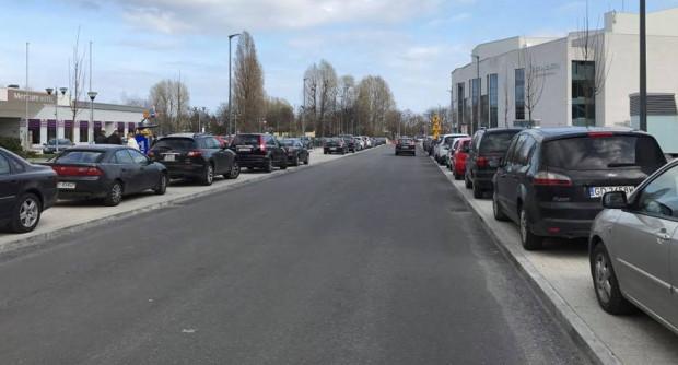 Gdyby nie słupki na ul. Armii Krajowej taki widok parkujących na chodniku samochodów mógłby stać się codziennością.