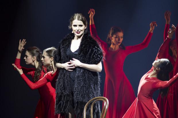 """W części musicalowej dobrym wokalem popisywała się Ewa Łobaczewska. Wykonała """"Gdy jestem sama"""" z musicalu """"Nędznicy"""" oraz """"Non, je ne regrette rien"""" z repertuaru Edith Piaf z towarzyszeniem baletu (na zdjęciu)."""