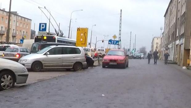 Kierowcy parkują na chodniku nawet wtedy, gdy obok są wolne legalne miejsca postojowe.