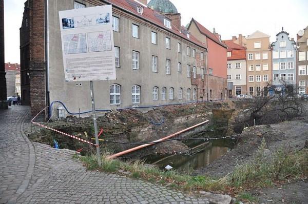 Problem z dziurą przy bazylice Mariackiej ciągnął się od  2009 roku. Zasypano ją w 2014 roku, od tego czasu funkcjonował tam niewielki skwer i ciąg pieszy.