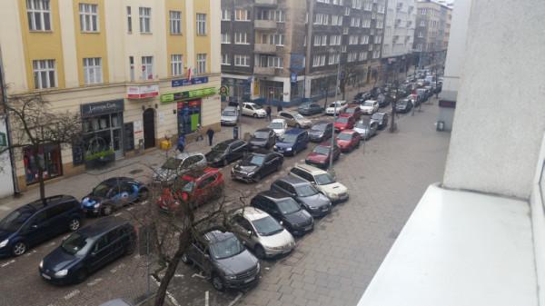 Obecnie ul. Starowiejska pełna jest samochodów, a nie pieszych.