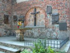 Kościół Michała Archanioła na Oksywiu z tablicami upamiętniającym załogi polskich okrętów wojennych.