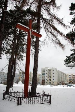 Gdynia Karwiny. Pamiątkowy krzyż ustawiony w miejscu dawnego cmentarza ofiar epidemii.