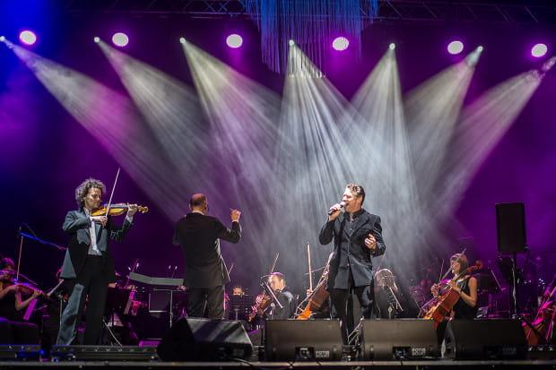 Subtelne solówki Mariusza Patyry dodawały uroku prezentacjom wokalistów.