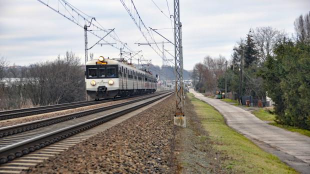 Mieszkańcy ul. Zawiejskiej (po prawej) mają dość hałasujących pociągów.