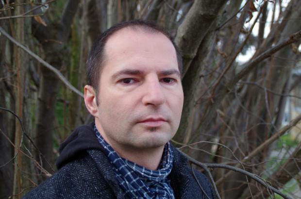 """Tomasz Hildebrandt to związany z Trójmiastem pisarz. Jego najnowszą książką jest kryminał """"Góry umarłych"""", którego akcja ma miejsce w Bieszczadach. Jest to pierwsza cześć zapowiadanej serii książek z policjantem Andrzejem Bondarem w roli głównej."""